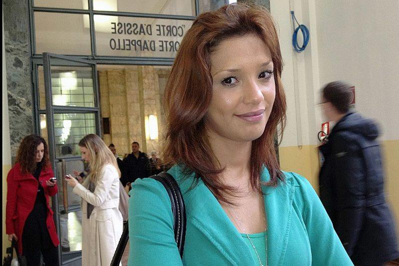 Imane Fadila ierodas Milānas tiesā liecības sniegšanai Silvio Berluskoni prāvā 2012. gada 16. aprīlī. Šā gada 1. martā viņa mira mīklainā nāvē Milānas slimnīcā.