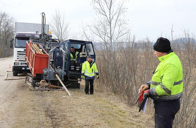 """Piektdien SIA """"Heders"""" darbinieki bija aizurbušies līdz Zebrenes robežai, lai zemē guldītu optisko kabeli. VAS """"Latvijas Valsts radio un televīzijas centrs"""" platjoslas projekta """"Elektroniskās sakaru infrastruktūras pieejamības uzlabošana lauku teritorijās"""" ietvaros no plānotajiem izbūvējamajiem 2000 km būvniecības darbi ir uzsākti 853 km dažādos posmos, no kuriem vairāk nekā pusē darbi jau pabeigti. Platjoslas interneta projekta 2. kārtas ietvaros paredzēts izbūvēt vismaz 220 piekļuves punktus """"baltajās"""" teritorijās, taču 1. kārtas īstenošana nevieš pārliecību, ka ātrgaitas internets tiks ievilkts katrā mājā."""