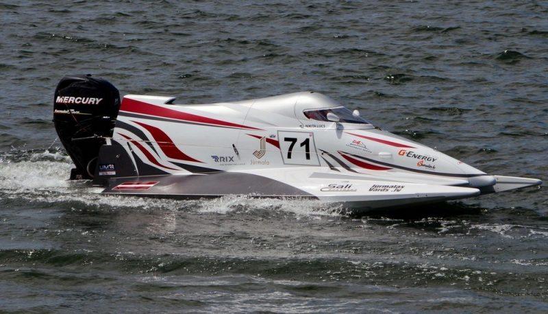 """Ņikitas Lijca ātrumlaivu var aplūkot lidostā """"Rīga""""."""
