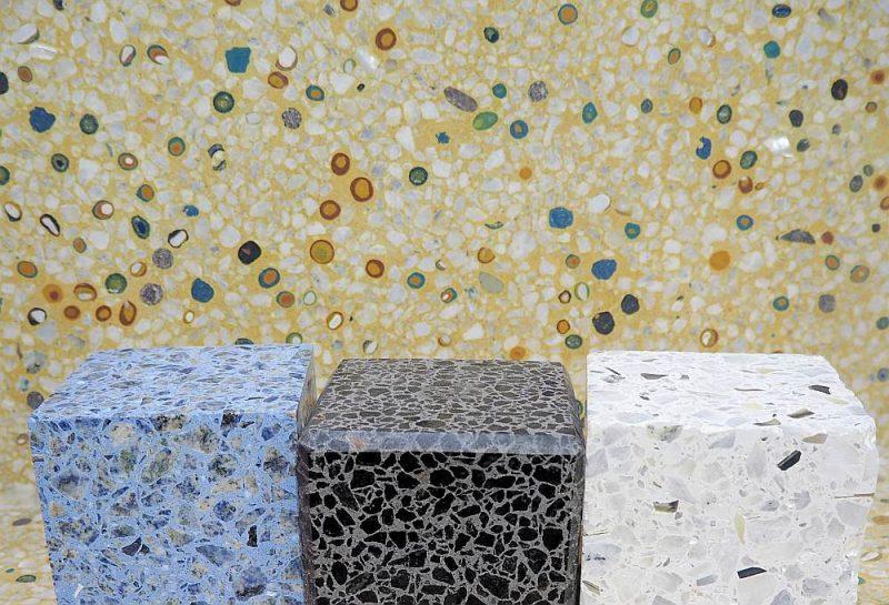 """Tonēta mozaīkbetona masa ar marmora """"riekstiņiem"""", stikla un perlamutra iestarpinājumiem izskatās ļoti efektīgi."""