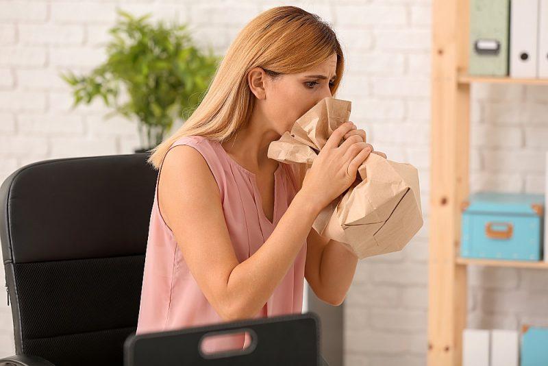 Elpošana papīra turzā panikas lēkmes laikā dažkārt var palīdzēt.