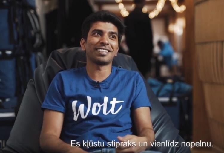 Indietis Kranthi, kurš Latvijā studē inženierzinātni un vienlaiksu strādā par ēdiena kurjeru.