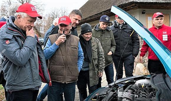 """""""Gada auto"""" žūrija pie mazmotora. No kreisās – Juris Petuhovs, Atis Jansons, Jānis Rapa, Boriss Sebjakins, Jānis Baumanis, Jēkabs Ronis, Māris Ozoliņš."""