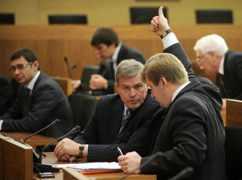 Nikolajs Zaharovs (vidū) vienā no Rīgas domes sēdēm.