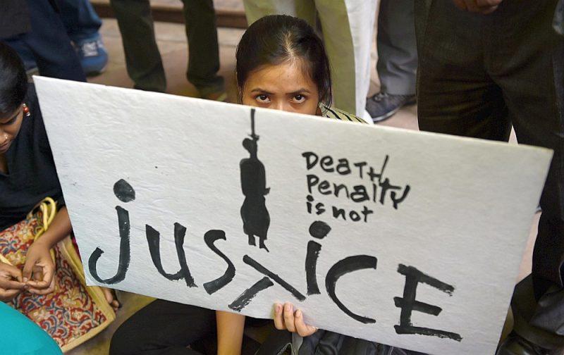 Pret nāvessodu vērstas demonstrācijas dalībniece Indijā.
