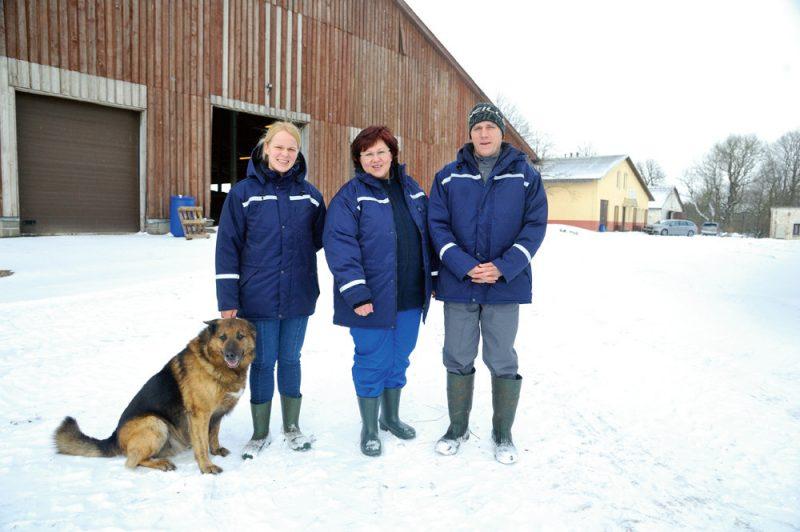 """Jurevicu ģimene, kas """"Madaru"""" fermā darbojas ik dienu. Līga Jurevica (no kreisās), Inga Jurevica un Raivis Jurevics."""