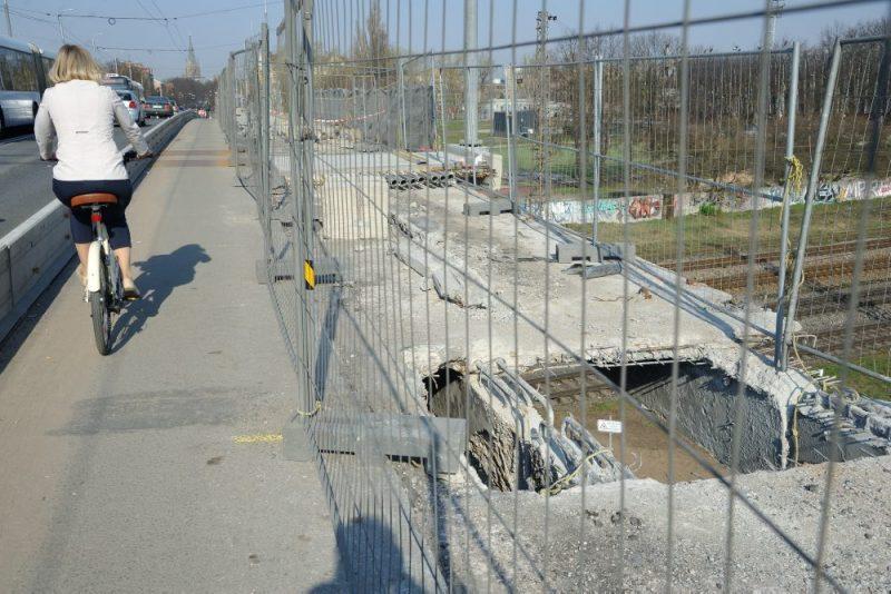 A.Deglava tilts.