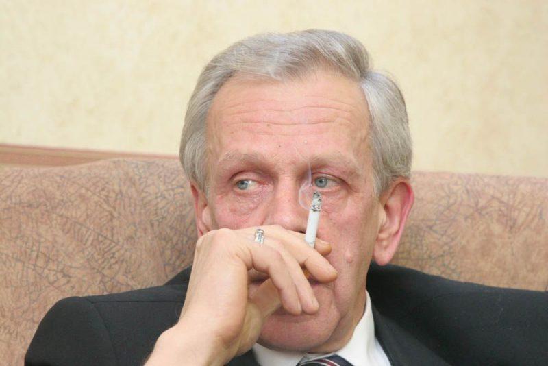 Grūtupa degviela bija kafija un cigaretes, dažkārt viņš izsmēķēja pat divas paciņas dienā. No cigaretes viņš nešķīrās līdz pat mūža pēdējiem brīžiem, lai gan dzīves beigās cieta no smagas slimības.