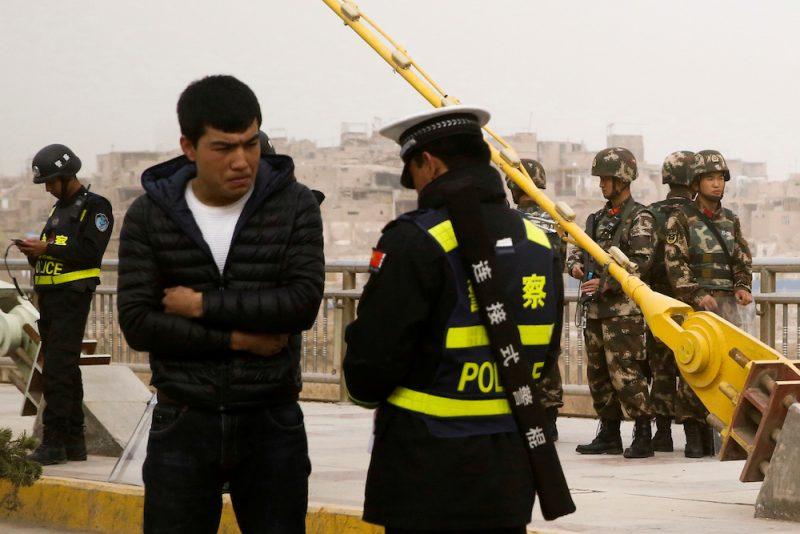 Policists pārbauda dokumentus uz ielas uiguru autonomajā apgabalā