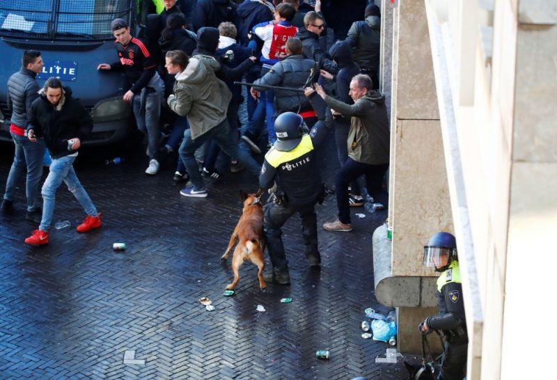 """Amsterdamas policijas pārstāvis cenšas nomierināt """"Juventus"""" fanus."""