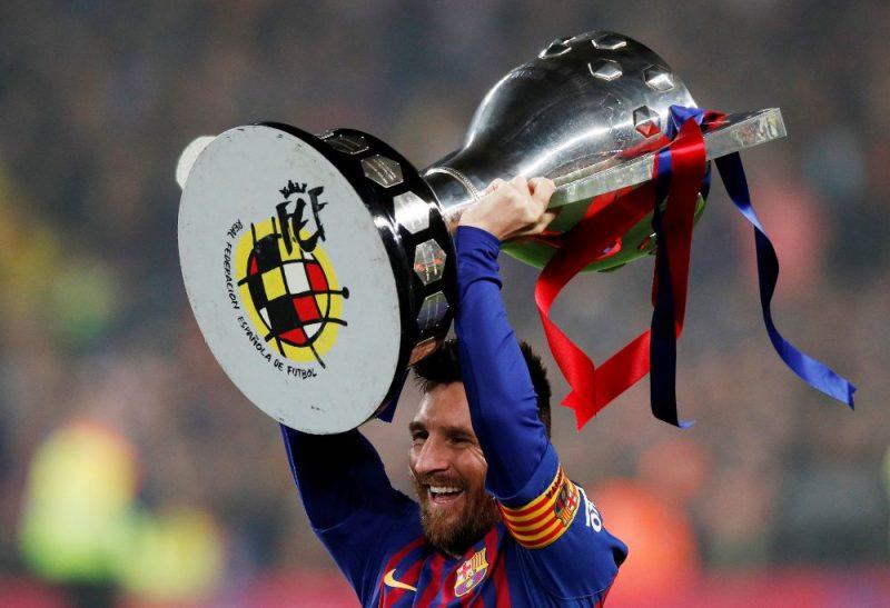 Lionels Mesi desmito reizi karjerā virs galvas ceļ Spānijas čempionu kausu.