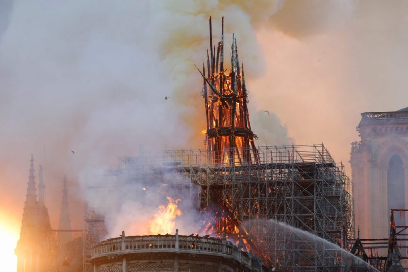 Deg Parīzes Dievmātes katedrāle Parīzē