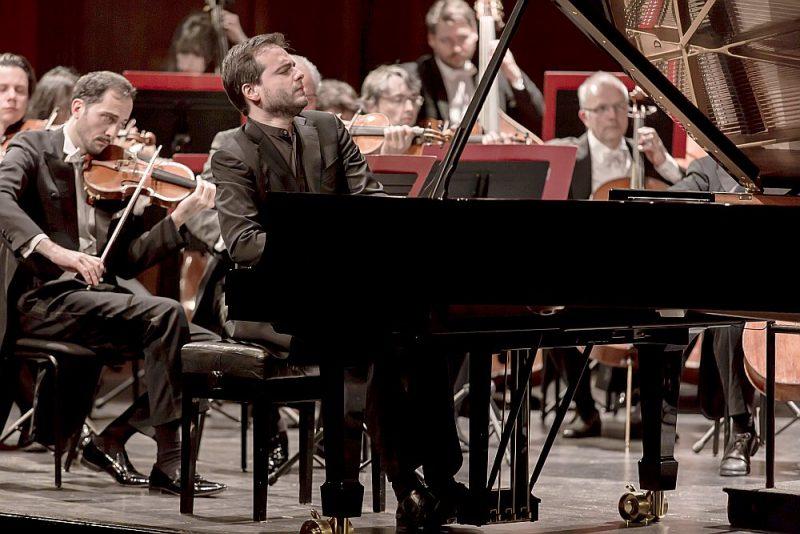 """""""Orchestra della Svizzera Italiana"""" Dzintaru koncertzālē muzicēja dzīvīgi, aizrautīgi, ar stila un gaumes izjūtu, un par papildus prieku kļuva izdevība dzirdēt pianista Frančesko Pjemontēzi uzstāšanos."""