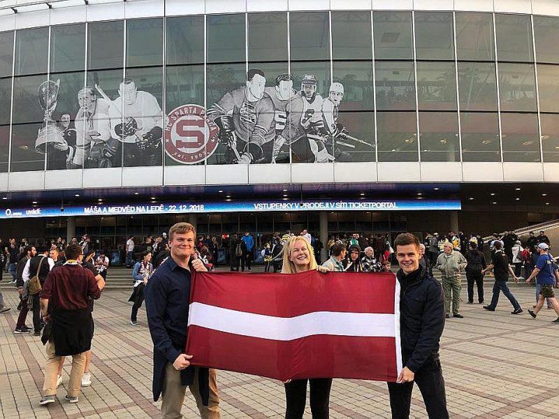 """Latviešu studenti ārzemēs Mareks Petrovskis (no kreisās), Katrīna Krieva un Toms Biernis pērnruden apmeklēja Prāgas """"O2"""" arēnu, lai atbalstītu latviešu hokejistus, kuri spēlē vietējā Čehijas čempionātā."""