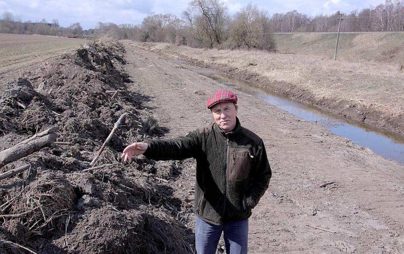 """Z/s """"Vīnkalni"""" saimnieks Andris Felss: """"Ar mani to neviens nav saskaņojis. Tagad cietuši tīrumi, kur iesēts ziemas rapsis un ziemas kvieši, kā arī vasarāju sēšanai sagatavotais tīrums. Kas var notikt, ja izrakto zemi noliks dzelzceļa aizsargjoslā?"""""""