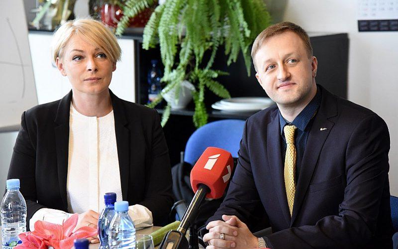 Latvijas Televīzijas valdes (LTV) locekle digitālās attīstības un satura jautājumos Eva Juhņēviča un jaunieceltais LTV valdes priekšsēdētājs Einārs Giels pagājušās nedēļas preses konferencē pēc Nacionālās elektronisko plašsaziņas līdzekļu padomes sēdes.