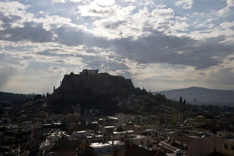 Zibens iespēra zibensnovedējā pie nelielā Erehteiona tempļa uz ziemeļiem no slavenā Partenona.