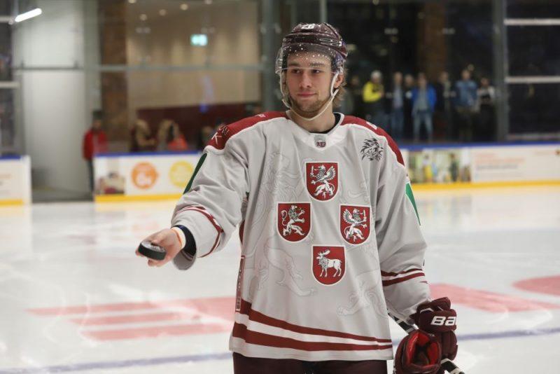 Uvis Jānis Balinskis un jaunā dizaina Latvijas hokeja izlases krekls.