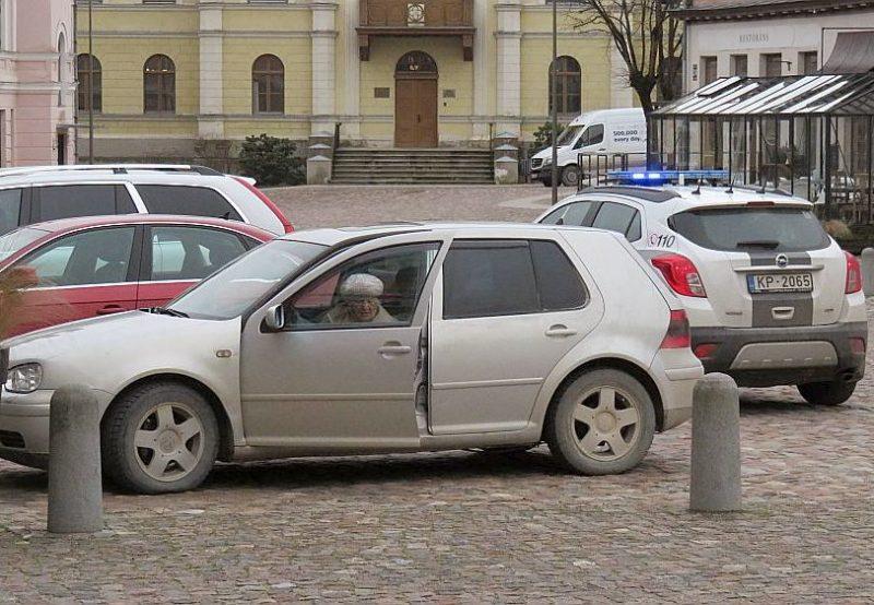 Pēc tiesas sēdes Emīlija Kolna atkal sēdās pie auto stūres, policija viņu apturēja Kuldīgas rātslaukumā.