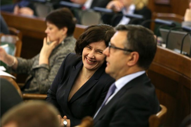 Saeimas deputāti Dana Reizniece-Ozola un Jānis Reirs 13. Saeimas ziemas sesijas pirmās sēdes laikā.