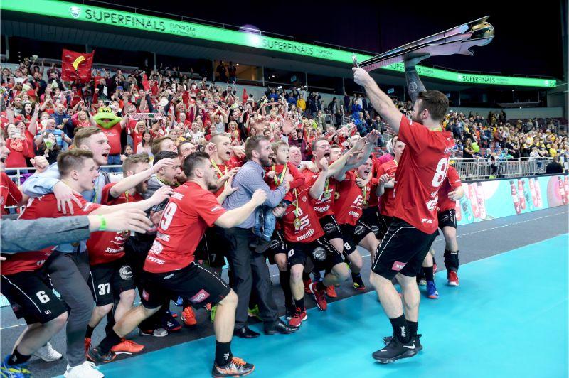 Lielvārdes florbolisti gavilē par Latvijas čempionu titulu.