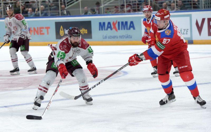 Latvijas izlases kapteinis Kaspars Daugaviņš (no kreisās) pret Krievijas izlases aizsargu Rušanu Rafikovu.