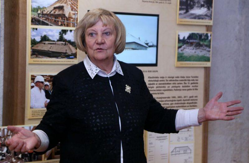 """Turaidas muzejrezervāta direktore Anna Jurkāne iepazīstina ar izstādi """"Ceļā uz Latvijas valsti. Klaušinieks. Saimnieks. PIlsonis""""."""