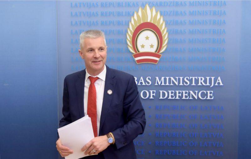 Aizsardzības ministrs Artis Pabriks piedalās preses konferencē, kurā informē par Aizsardzības ministrijas prioritātēm un iepazīstina ar visaptverošās valsts aizsardzības sistēmas ieviešanu.
