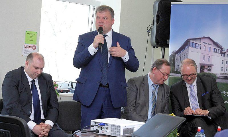 Gints Kaminskis (no kreisās), Āris Vilšķērsts un Vilnis Špats pauž savu nostāju pret administratīvi teritoriālo reformu.