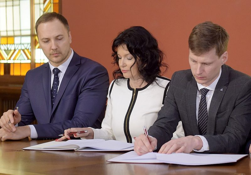 23. janvārī ministri Sandis Ģirģens (no kreisās), Ramona Petraviča un Ralfs Nemiro parakstīja valdības deklarāciju, bet 23. aprīlī viņiem joprojām nav izsniegta pielaide valsts noslēpumam.
