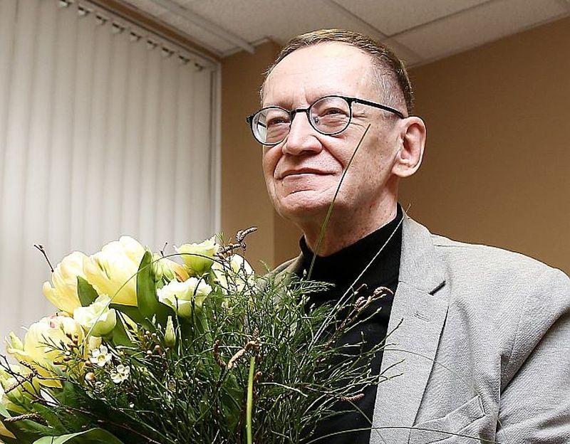 Dzejnieks Jānis Rokpelnis ar 2016. gadā iegūto Latvijas Literatūras gada balvu par mūža ieguldījumu.