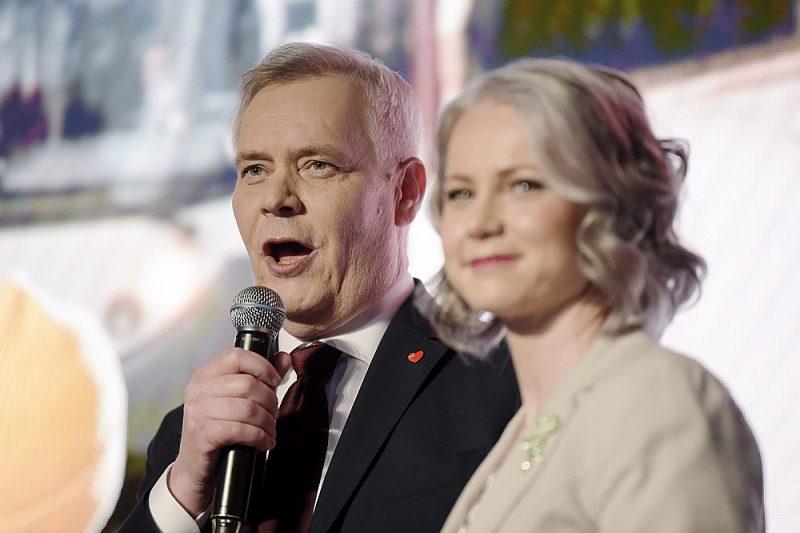 Sociāldemokrātu partijas līderis Anti Rinne ar sievu Hetu pēcvēlēšanu saietā pateicas saviem atbalstītājiem.