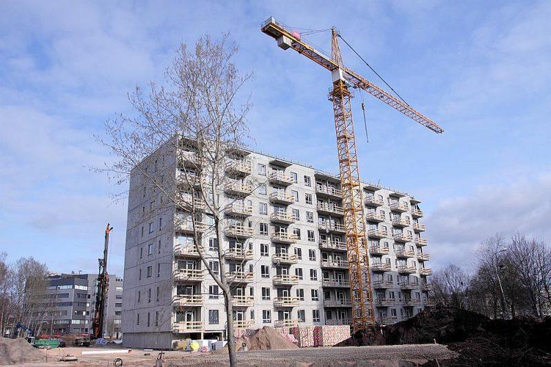 """Rīgā, Purvciema mikrorajonā Stirnu ielā 38b, uzņēmums """"YIT Latvija"""" būvē astoņu stāvu dzīvojamo namu, kurā būs 100 vienas līdz četru istabu dzīvokļi. Ēkas puspagraba stāvā tiks izvietotas stāvvietas vieglajām automašīnām. Iekšpagalmā būs vietas vēl 26 automašīnām. Ēku paredzēts nodot ekspluatācijā šī gada rudenī."""