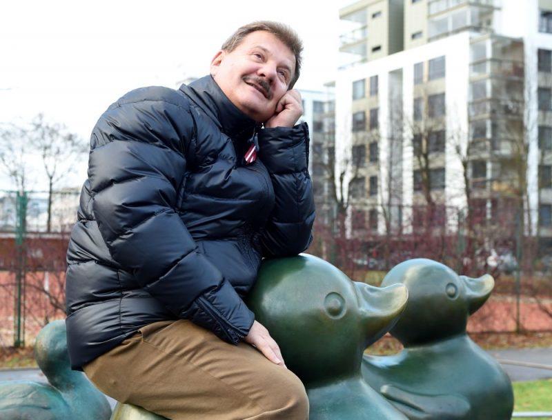 """Borisa un Ināras Teterevu fonda dibinātājs Boriss Teterevs pirms diviem gadiem fonda programmas """"Māksla publiskā telpā"""" mākslas objekta Rīgas pilsētvidē – Brigitas Zelčas-Aispures """"Mala"""" atklāšanas pasākumā Viesturdārzā."""
