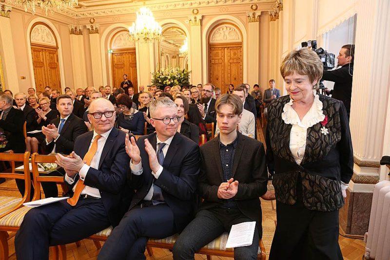 Viena no rakstnieku algu saņēmējām ir arī Latvijā pazīstamā dzejniece un rakstniece Lēlo Tungala. 2019. gadā viņai tika piešķirta arī Igaunijas valsts prēmija par mūža ieguldījumu kultūrā.