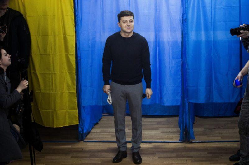 """Svētdien notikušajā Ukrainas prezidenta vēlēšanu pirmajā kārtā aktieris un studijas """"Kvartal 95"""" mākslinieciskais vadītājs Zelenskis saņēma visvairāk balsu – 30,22%, otrajā vietā atstājot Porošenko ar 15,93% balsu."""