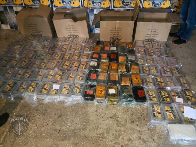 """Valsts policija sadarbībā ar ASV tiesībsargājošo iestādi un pretterorisma vienību """"Omega"""" Kokneses novadā izņēma vairāk nekā divas tonnas kokaīna kravu ar 42 kartona kastēm, kurās atradās 2195 briketes ar dažādiem logo – """"TNT"""", """"Badboys"""", """"Gold"""" un ar delfīna attēlu."""