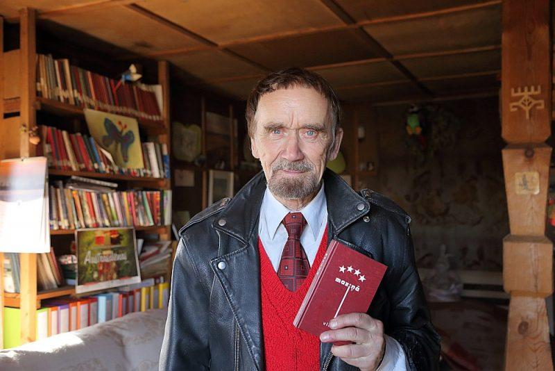 """Viks (Viktors Kalniņš): """"Ja runā tieši par padarīto darbu, nevaru sūdzēties."""" Attēlā: ar 2017. gadā klajā nākušo dzejas krājumu """"Maziņā""""."""