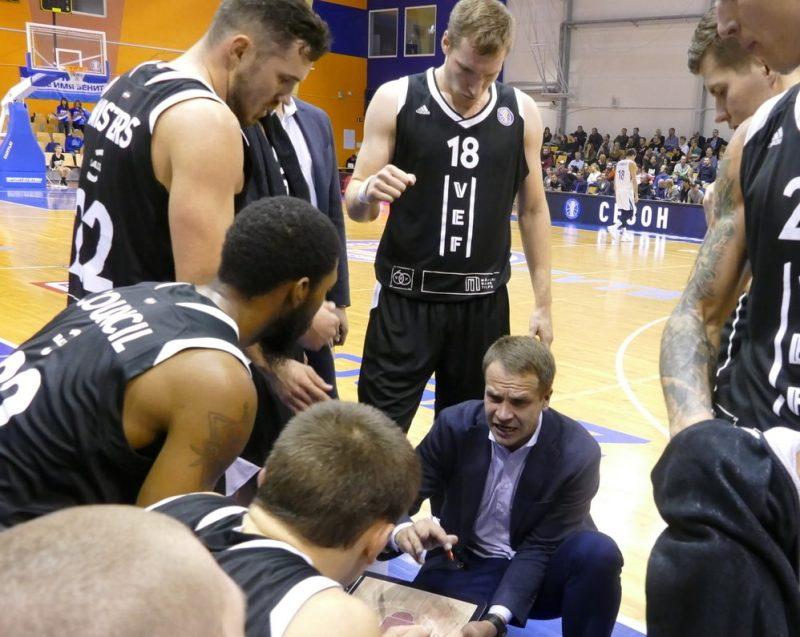 """""""VEF Rīga"""" galvenais treneris Jānis Gailītis minūtes pārtraukumā."""