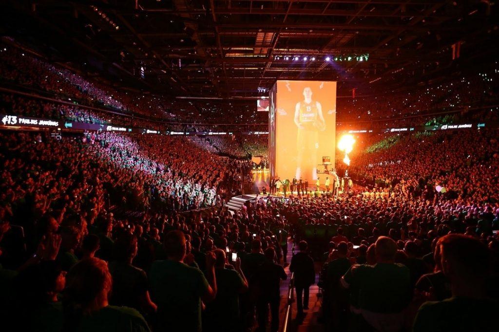 """15517 """"Žalgira"""" līdzjutēji Kauņā gādāja par fantastisku basketbola atmosfēru."""