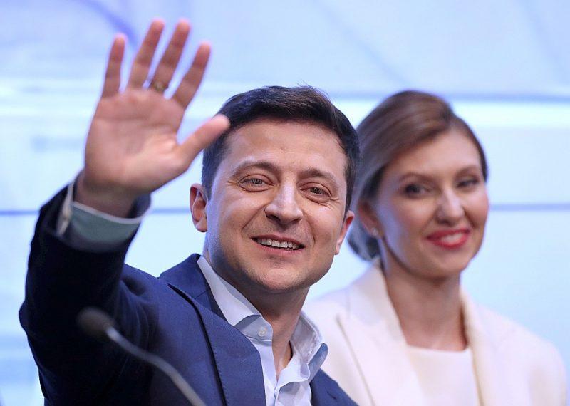 Ukrainas prezidenta vēlēšanu uzvarētājs Volodimirs Zeļenskis ar sievu Olenu pateicas saviem atbalstītājiem.