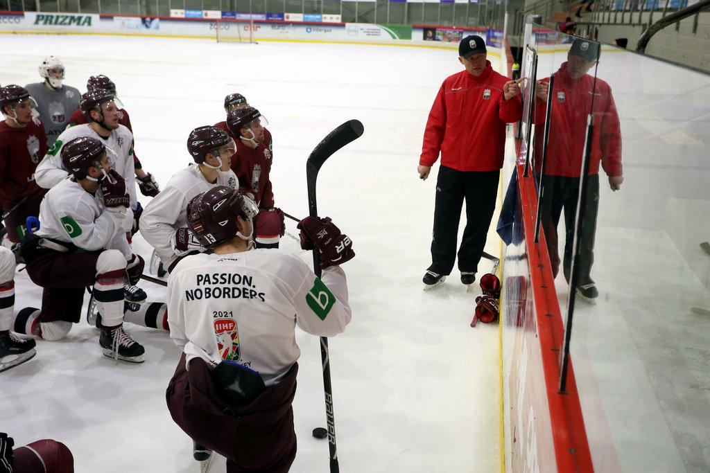 Artis Ābols skaidro uzdevumu Latvijas izlases treniņā.