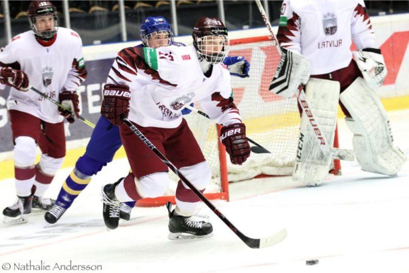 Latvijas izlases hokejists Raivis Ansons (priekšplānā).
