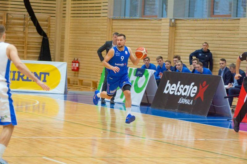 Edgars Jeromanovs (ar bumbu) un Jūrmalas basketbolisti cīnīsies LBL pusfinālā.