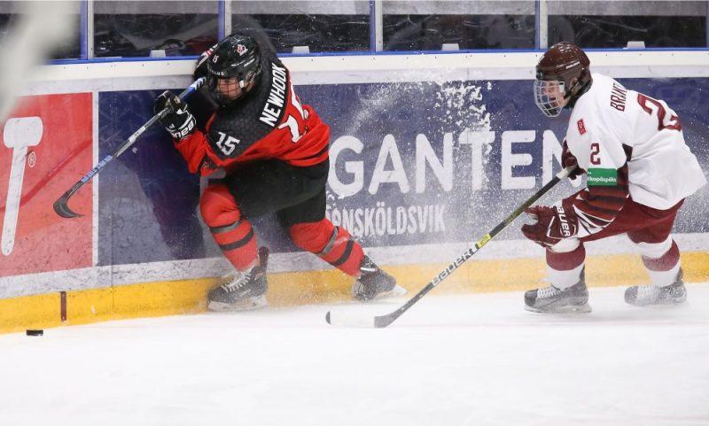 Latvijas U-18 izlases aizsargs Harijs Brants (no labās) spēlē pret Kanādu guva vārtus vairākumā.