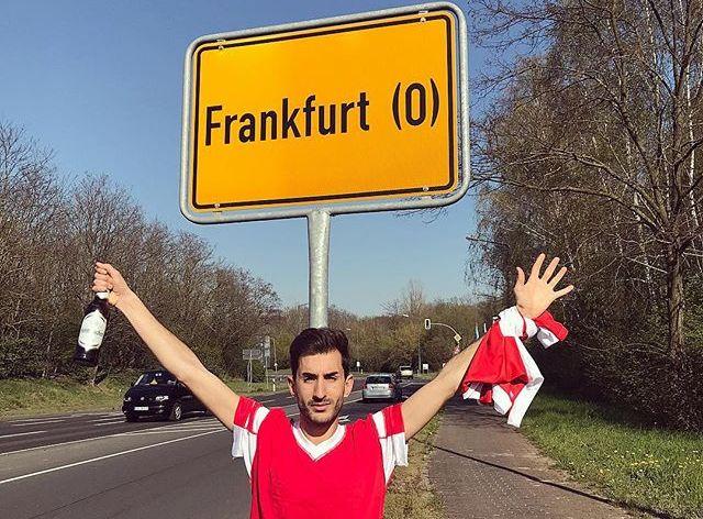 """""""Benfica"""" fans Alvaro pozē pie nepareizās Frankfurtes ceļa zīmes."""