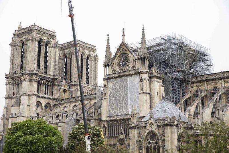 Parīzes Dievmātes katedrāli steidz pasargāt no lietus