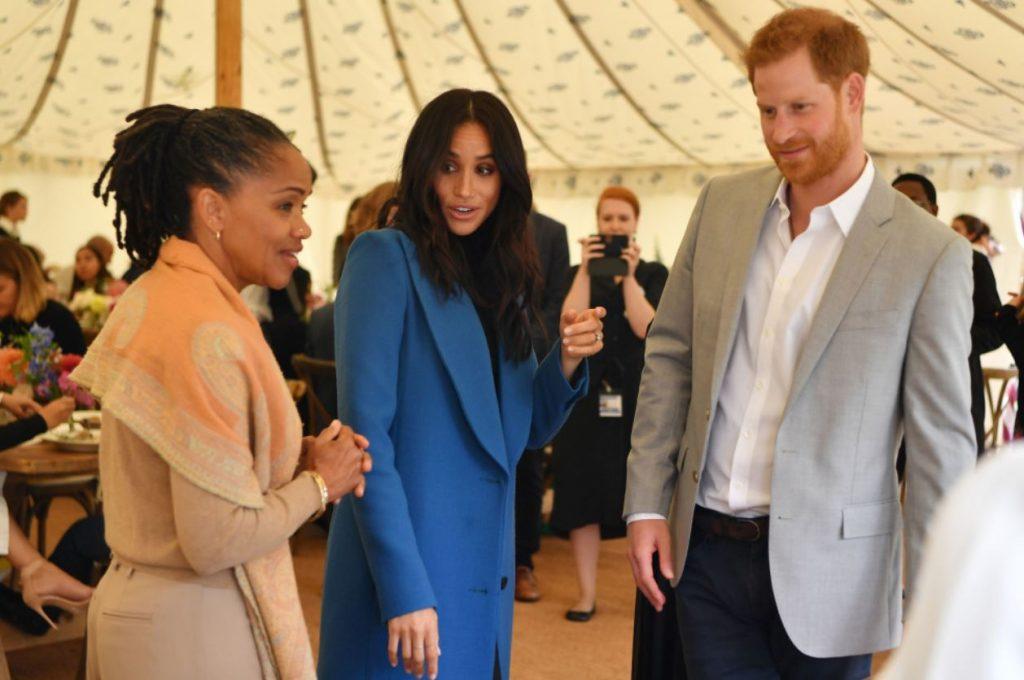 Megana Mārkla ar savu mammu Doriju un mīļoto princi Hariju.