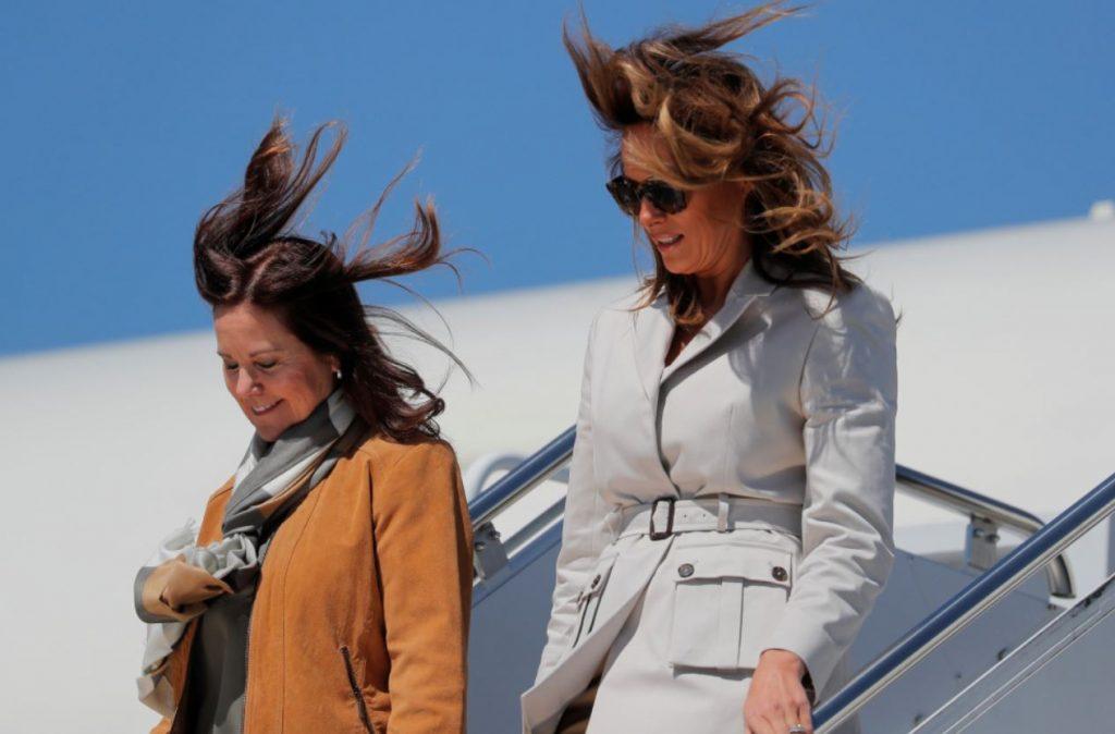 ASV pirmā lēdija Melānija Trampa un ASV viceprezdenta kundze Kārena Pensa ierodas Ziemeļkarolīnā.