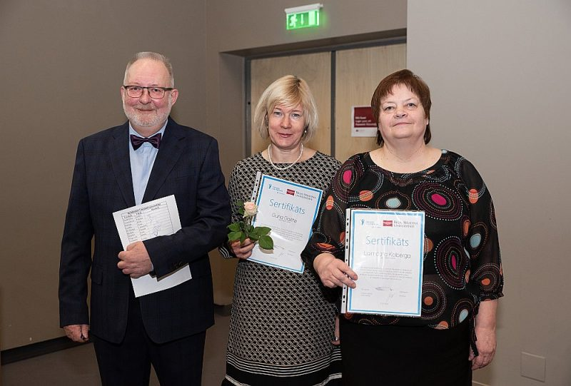Senioru grupu vadītājas Laimdota Kolberga (no labās) un Guna Gailīte kopā ar projekta vadītāju Mārtiņu Valteru.